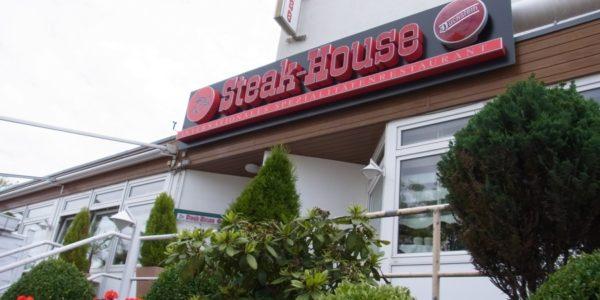 Steak-House Schild aus individuell angefertigten Buchstaben von Grünewald