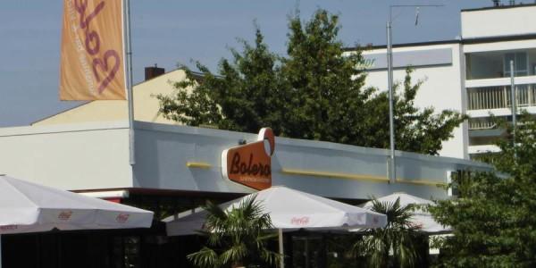 Formbauteil und Fahne in Orange von Grünewald-Werbung