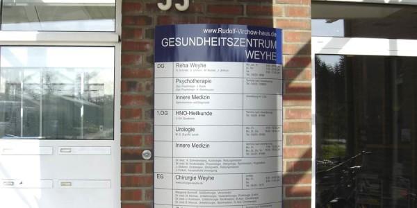 Leicht gewölbtes Wandschild für das Gesundheitszentrum
