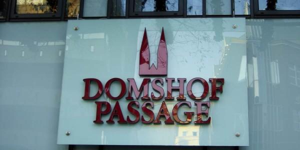 Weinrote Buchstaben mit indirekter Beleuchtung von Grünewald-Werbung (Beleuchtung auf dem Bild aus)