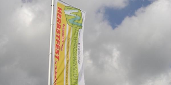 Fernwirkung durch eine Fahne von Grünewald-Werbung
