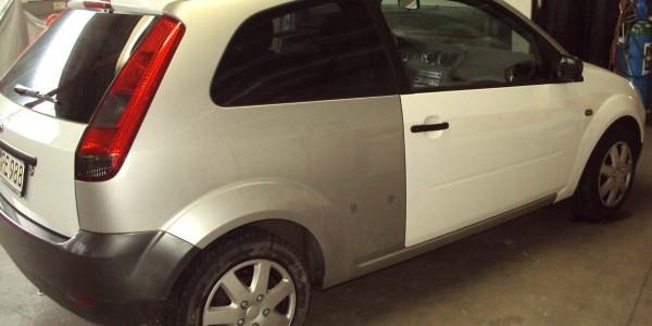 Ein kleine Ford während der Vollverklebung