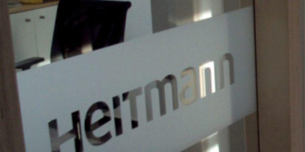 Fensterwerbung bei Heitmann in den Innenräumen von Grünewald Werbung