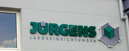 Buchstaben und Formbauteil für das Logo von Jürgens Laboreinrichtungen