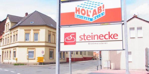 Großes, auffälliges Standschild bei blauem Himmel in Bremen