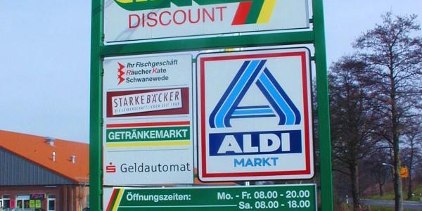 ein großes Standschild für mehrere Firmen - Grünewald-Werbung