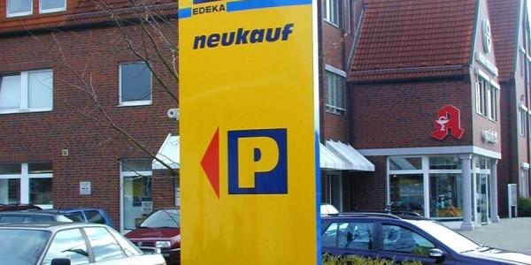 Pylone vom EDEKE mit Logo und Wegweiser zum Parkplatz