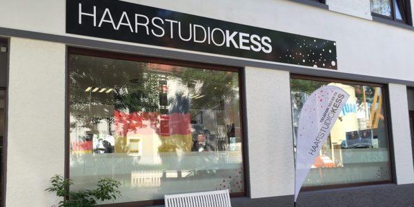 Das HaarstudioKess hat ein neues Schild mit Hochleistungsfolie von Grünewald Werbung.